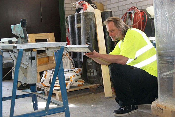 Inspector examines a workspace. Link to the Functions of the occupational safety and health authorities page.